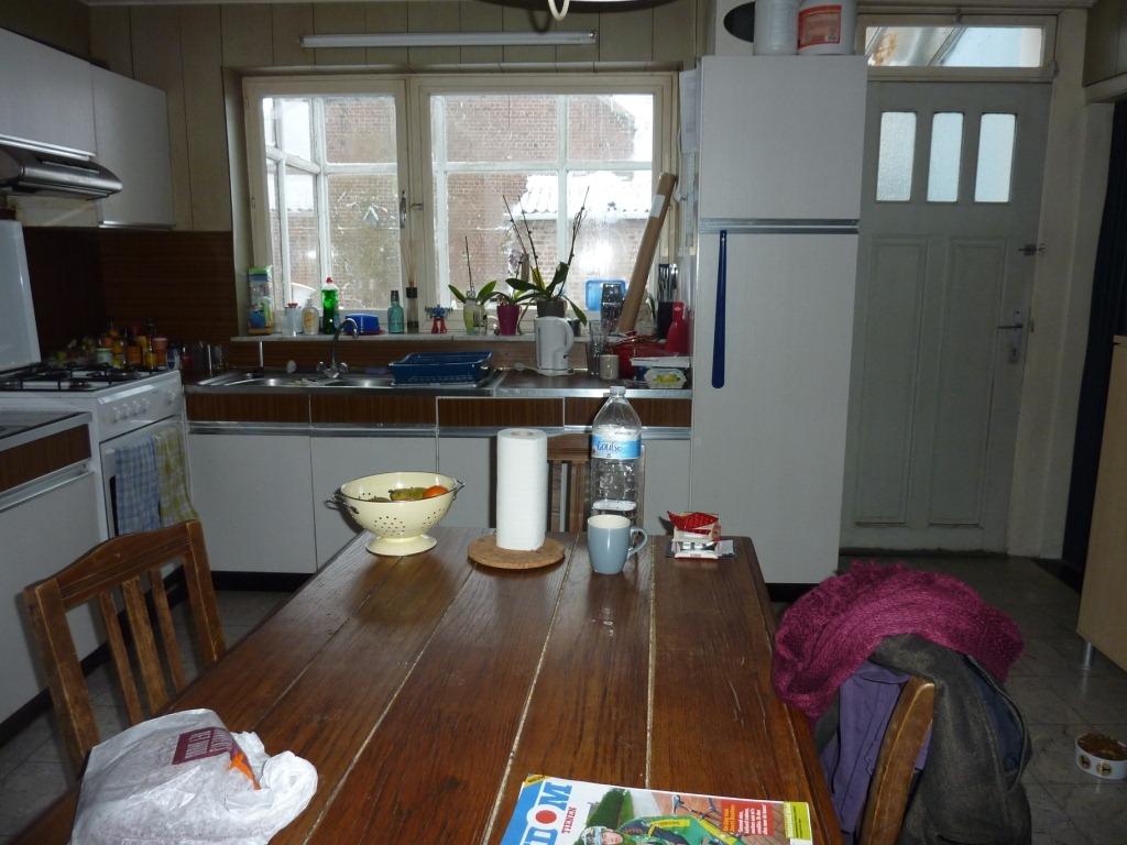 De keuken boerenerf - Ingerichte keuken met geintegreerde tafel ...